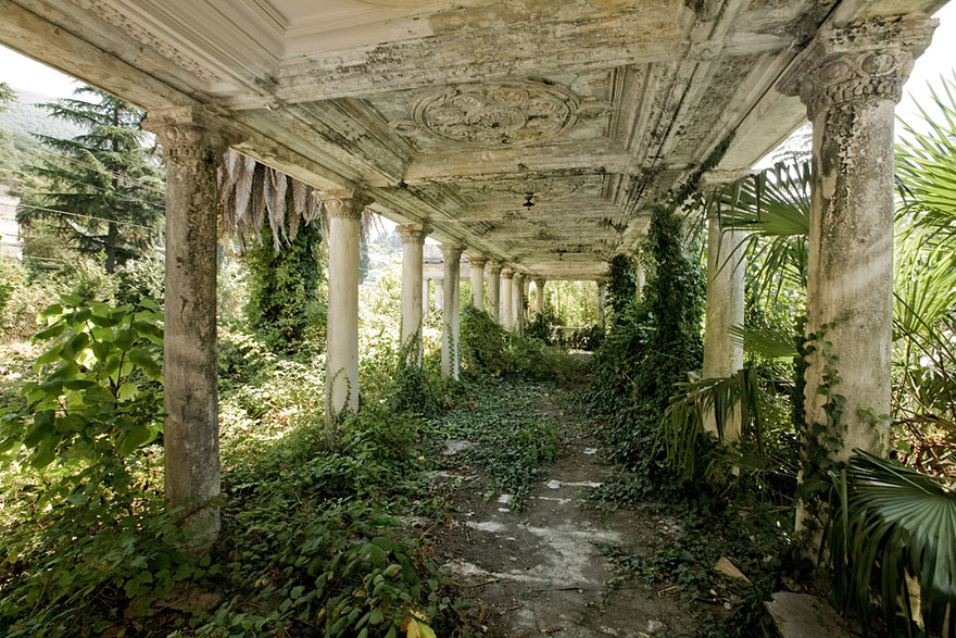 nature-reclaiming-abandoned-places-wcth14