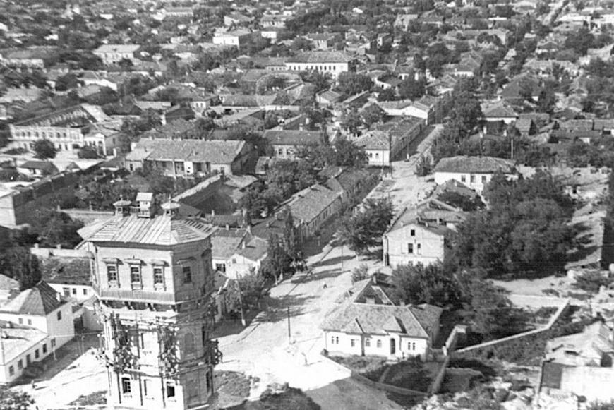 Не сохранившаяся башня на пересечении нынешних Александри и Микле (1947 год). На снимке видно, что башня войну пережила, её восстанавливают. Но ее всё равно снесли.