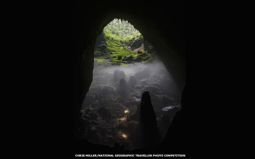 Наибольшую благосклонность жюри в категории Рельефы снискал снимок Криса Миллера, сделанный во Вьетнаме в самой большой пещере мира - Шондонг. Фото изображает подъем из пещеры на поверхность