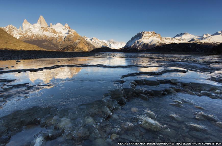 Главный приз в номинации Реки получил снимок, который переносит нас в холодные просторы Патагонии, где большую часть года реки покрыты льдом. Клэр Картер