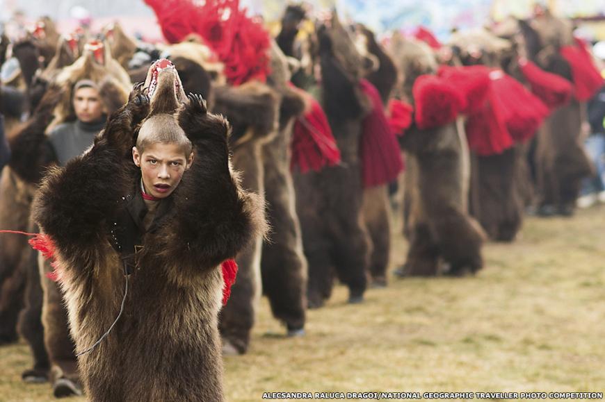 Так выглядит нынешний победитель в категории Люди. Александра Ралука Драгои сделала этот снимок во время традиционных новогодних гуляний в Румынии