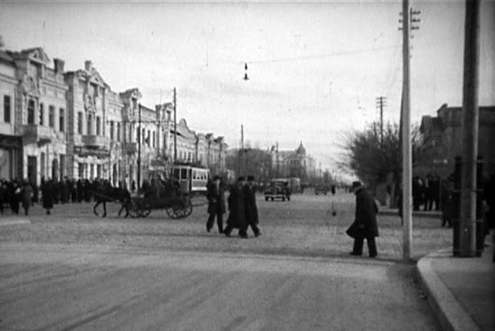 Главная улица города. Слева - дом Фитова. Межвоенный период.