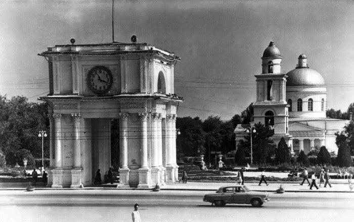 Последние дни Колокольни. Собор закрыт, кресты убраны. Фотография начала 1960-х гг.