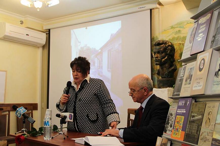 Писатель Елена Шатохина на презентации книги в Российском центре науки и культуры.