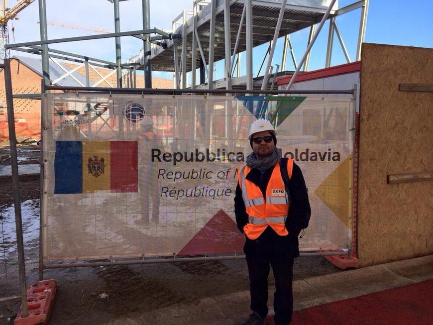 Павел Брэилэ на фоне строящегося павильона.