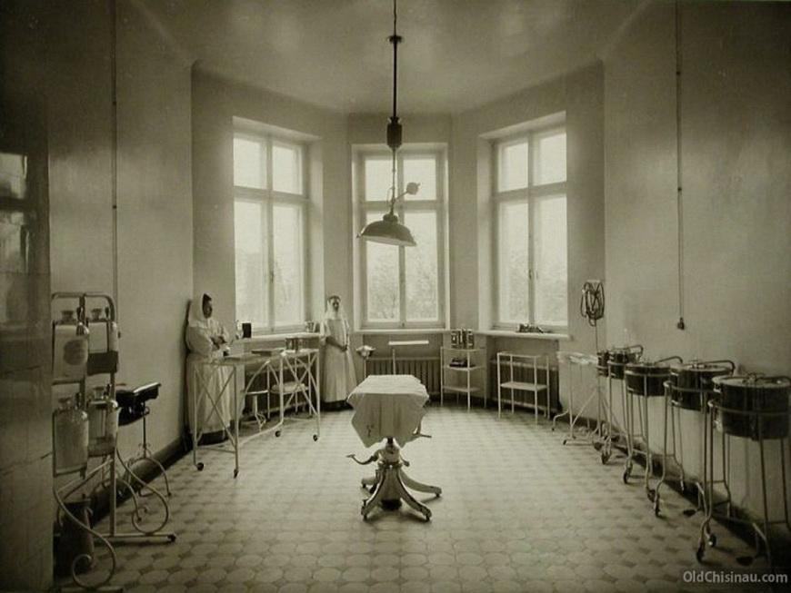 Вид операционной в здании больницы.