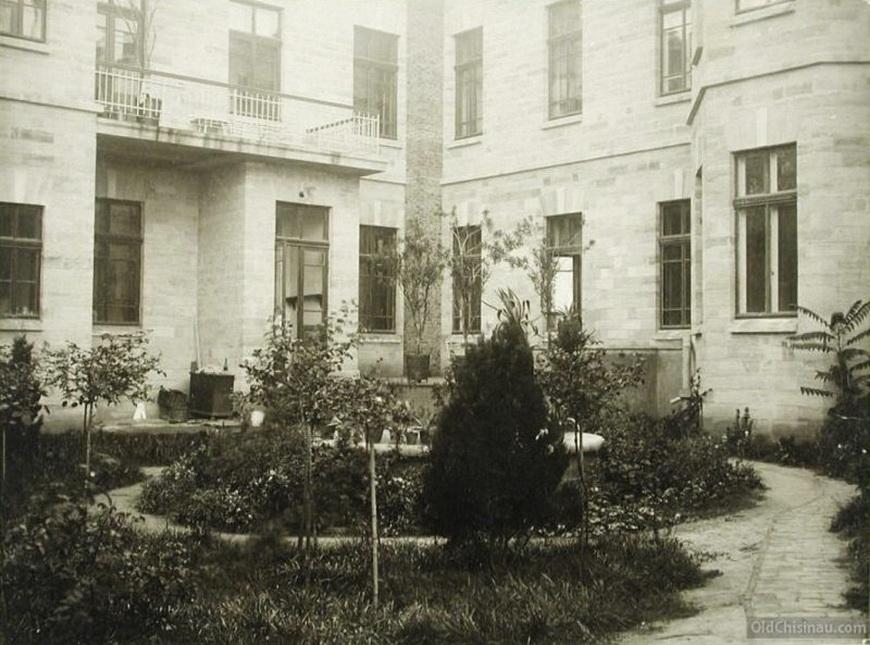Вид части сада с фонтаном (во дворе здания больницы).