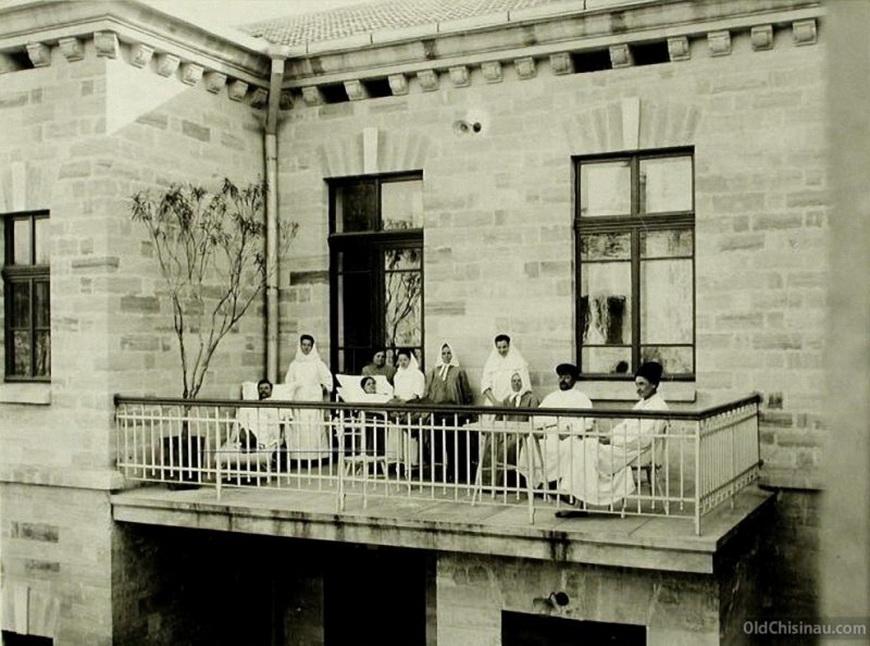 Группа больных и сестёр милосердия на балконе больницы.