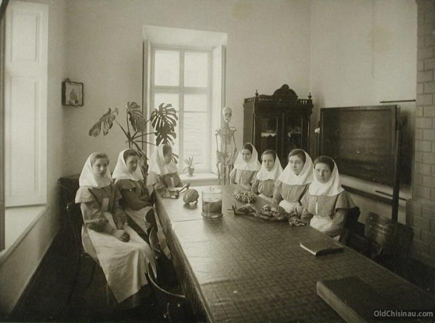 Группа сестёр милосердия в аудитории во время занятий по анатомии.