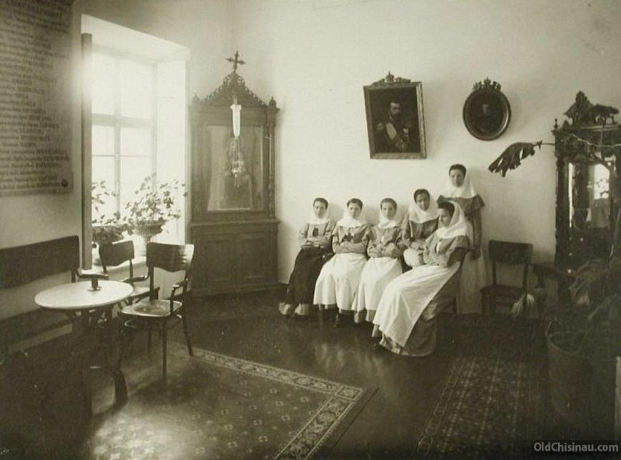 Группа сестёр милосердия в приёмной общины.