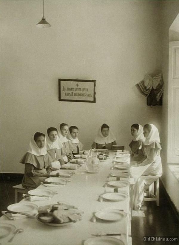 Группа сестёр милосердия в столовой во время обеда.