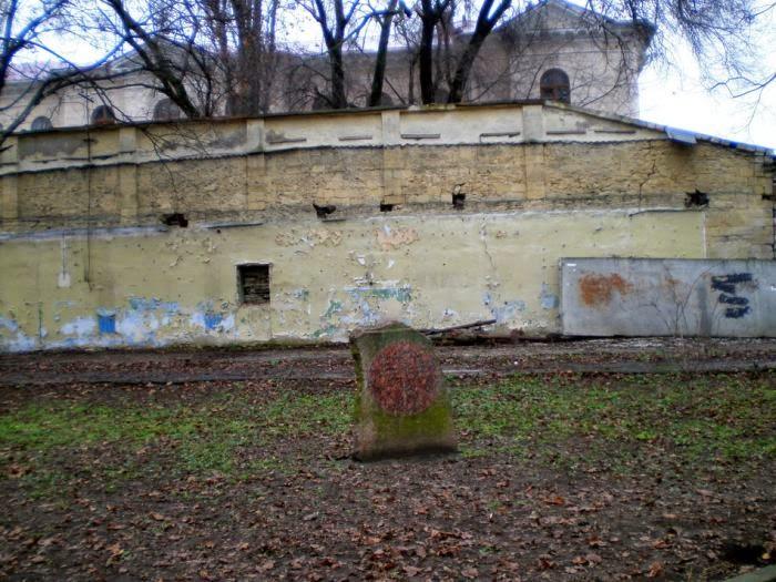 Памятник на месте расстрелов и захоронений.