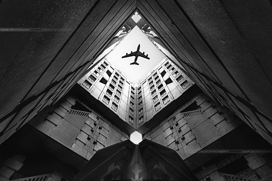 Город и самолёт. Автор фото: christophe correy photo