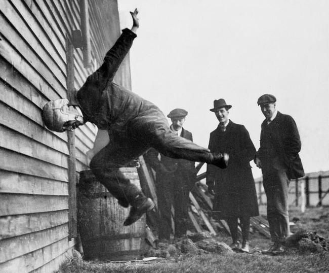 1 Человек, тестирующий прототип футбольного шлема. 1912 год.