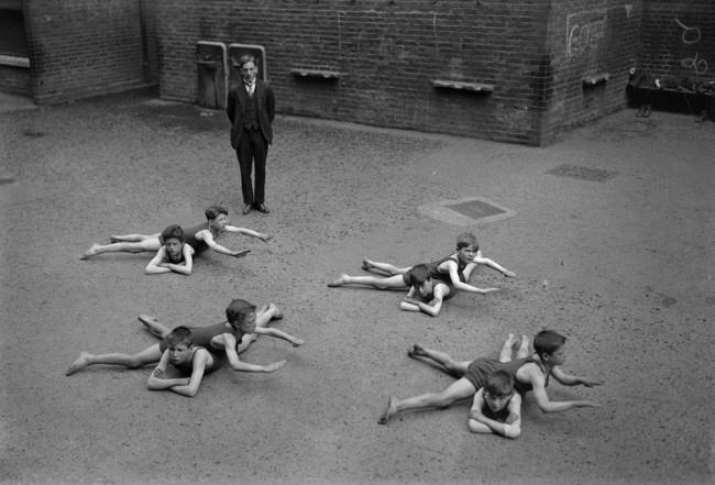 5 Дети учатся плавать на школьном дворе. 1920-е годы.
