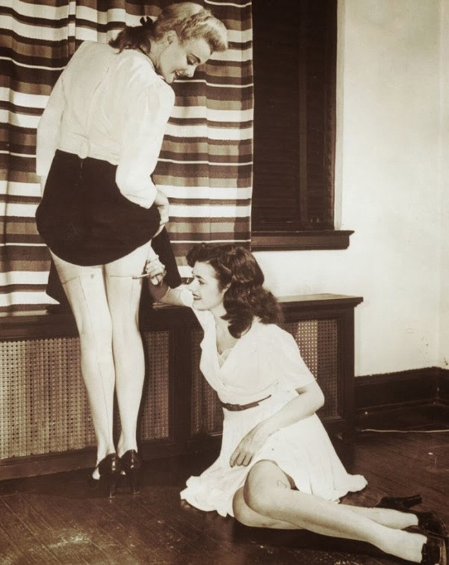 Девушки рисуют стрелки, чтобы было похоже, будто на них надеты чулки. 1942 год.
