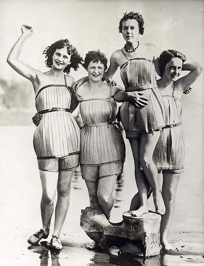 Женщины в деревянных купальниках, созданных, чтобы лучше держаться на воде. 1929 год.