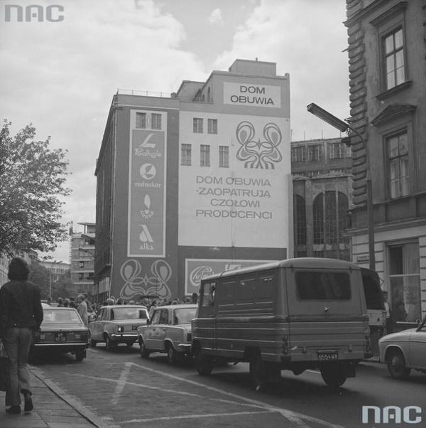 Реклама «Дома обуви», расположенного в Торговом доме братьев Яблковских на ул. Братской в Варшаве, 1976, фото NAC