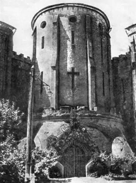 Главная башня Замка. В ней располагалась тюремная церковь.