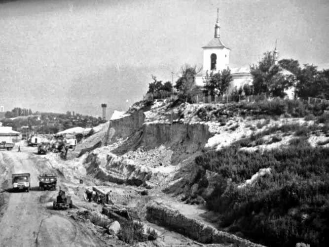1970-е гг. Уничтожение кладбища при строительстве дороги (Архив Агентства Реставрации и Инспекции Памятников)