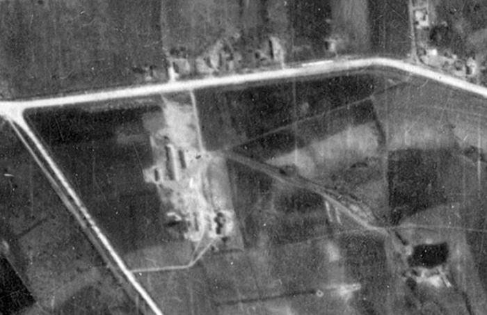 С немецкой аэрофотосъёмки 1944 года. Дорога наверху - нынешняя ул. Гренобле.