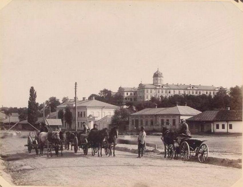 Конец XIX века. Извозчики на подъезде к железнодорожному вокзалу Кишинёва.