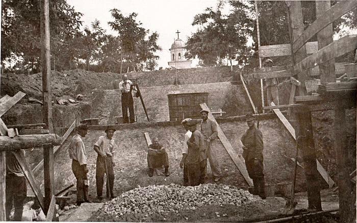 Работы над главным входом на военное кладбище, 1942 год.
