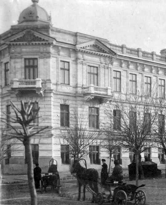 1920-1930-е гг. Извозчики сворачивают с нынешней ул. Когэлничану на Пушкинскую улицу.