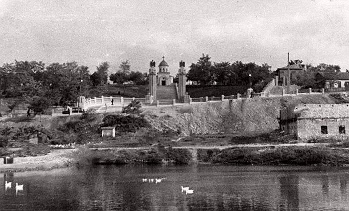 1942 год, вид на кладбище с территории нынешнего парка Долина Роз.