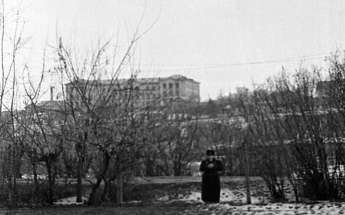 1960-е гг. Вид на НИИ Туберкулёза с нынешнего парка Долина Роз (фотография Павла Чекчеева).
