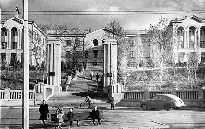 1960-е гг. Кладбищенская лестница ведёт к НИИ Туберкулёза.