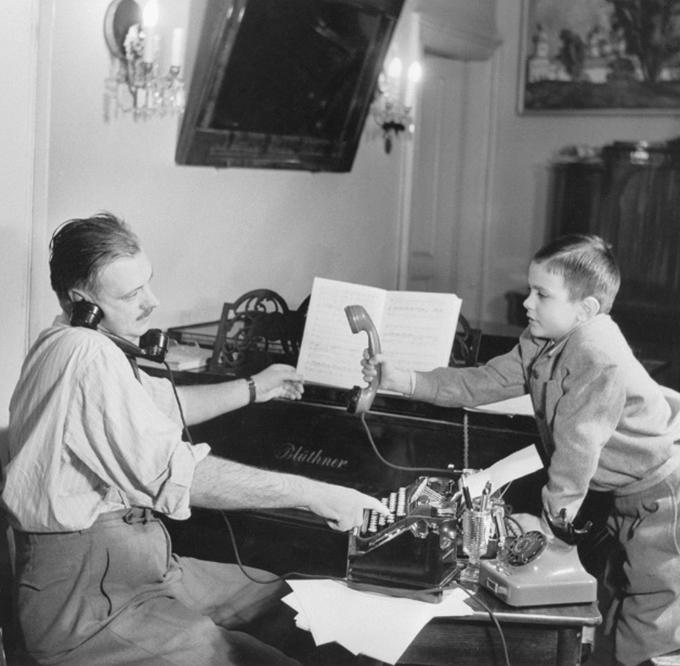 Писатель Сергей Михалков и сын его Никита. 1952