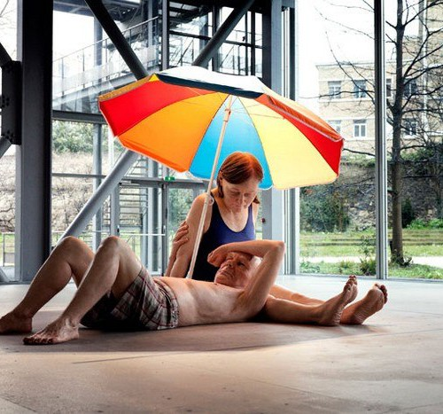 Рон-Мьюек-Couple-under-an-umbrella_1-500x467