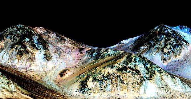 Темно-коричневые участки — отложения соли, сформированные потоками воды. Изображение: NASA/JPL/UNIVERSITY OF ARIZONA