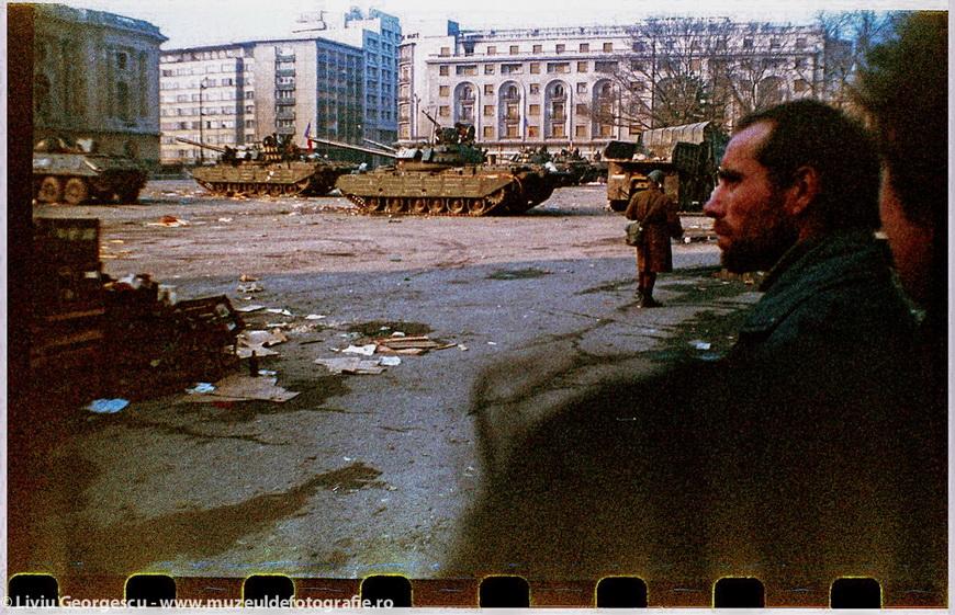 """Бухарест, 24.12.1989. Дворцовая площадь, рядом с рестораном """"Cina"""". Фото Ливиу Джеорджеску"""