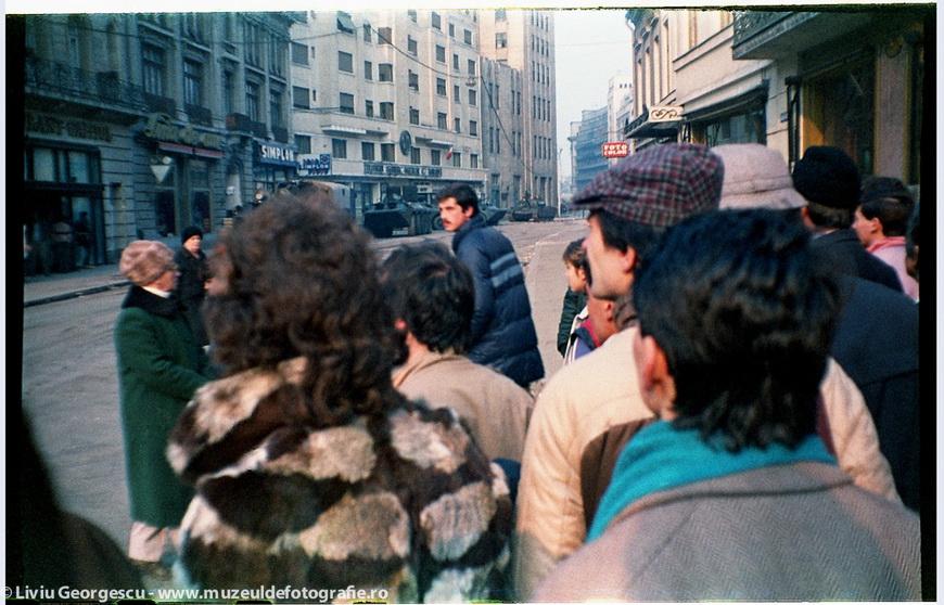 Бухарест, 24.12.1989. Путь Победы рядом с кольцом военных. Фото Ливиу Джеорджеску