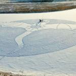 Художник целый день вытаптывал снег в Сибири, чтобы создать гигантские снежные узоры