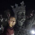 Молодой человек сделал селфи с памятником Штефану чел Маре