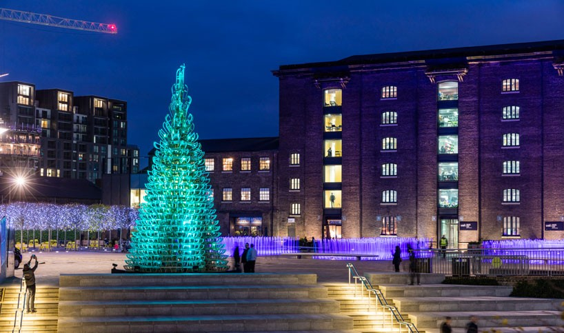 hello-wood-christmas-tree-london-budapest-manchester-designboom-01-818x483