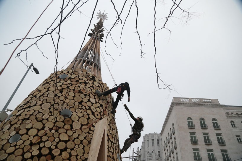 hello-wood-christmas-tree-london-budapest-manchester-designboom-08-818x545