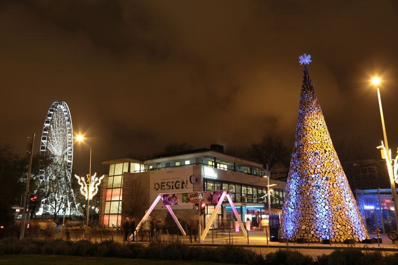 hello-wood-christmas-tree-london-budapest-manchester-designboom-10-818x545
