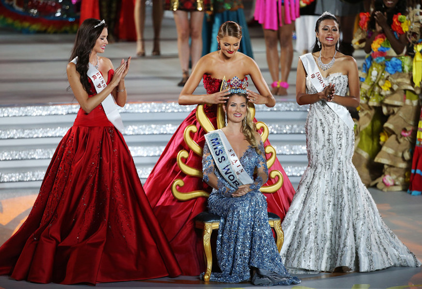 epaselect epa05075380 Miss Spain, Mireia Lalaguna Royo (C) is crowned Miss World by former Miss World Jolene Strauss (back C) while first runner-up Miss Russia, Sofia Nikitchuk (L) and second runner-up Miss Indonesia, Maria Harfanti (R) applaud during the grand final of the 65th Miss World pageant at the Beauty Crown Hotel Complex in Sanya, Hainan Province of China, 19 December 2015. EPA/HOW HWEE YOUNG