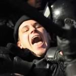 Видео: Полицейский едва не задохнулся в толпе в ходе протеста