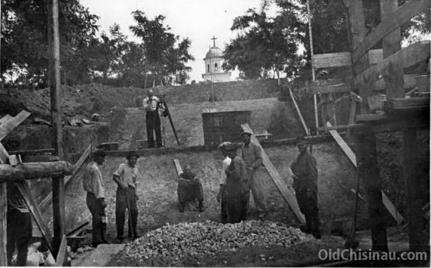 Часовня на Кладбище Героев. Кладбище и часовня были снесены в 1950-е гг. В начале 2000-х был восстановлен фундамент часовни.