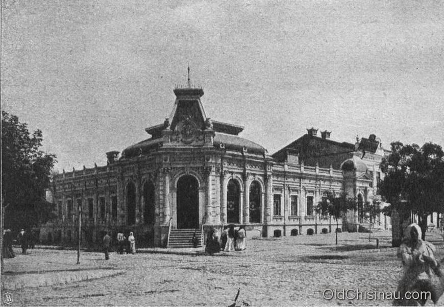 Аптека Паутынского. Здание пострадало во Второй Мировой Войне. Местоположение - угол нынешних бул. Штефана чел Маре и ул. Армянской.