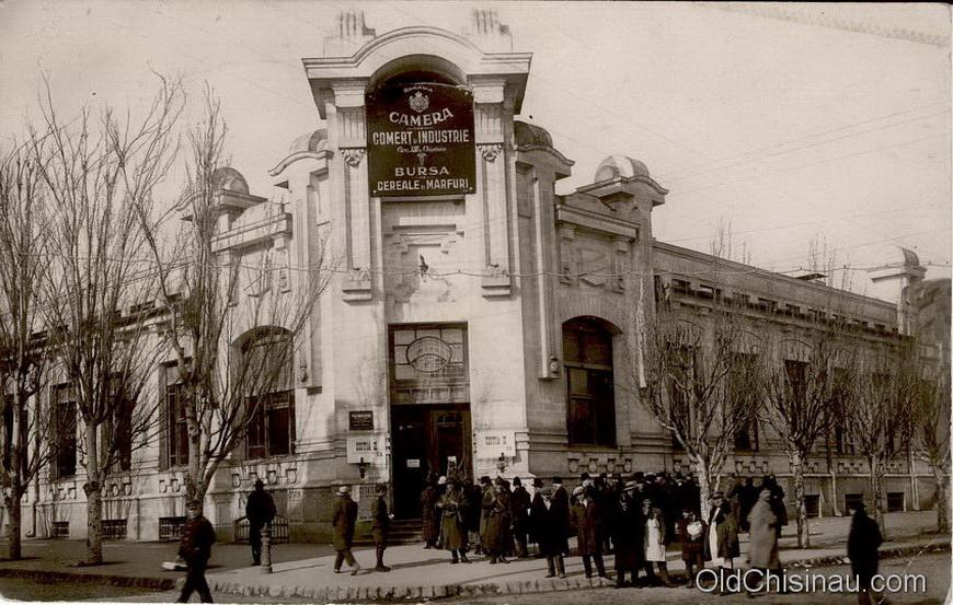Здание биржи располагалось на углу нынешних улиц Эминеску и Митрополита Варлаама. Пострадало во Второй Мировой Войне, восстанавливать не стали.