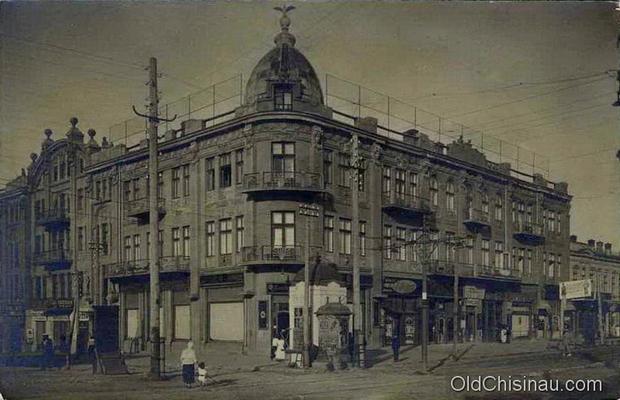 """Гостиница """"Палас"""" располагалась на углу нынешних бул. Штефана чел Маре и ул. В. Александри. Здание гостиницы было повреждено во Второй Мировой Войне и не восстанавливалось."""