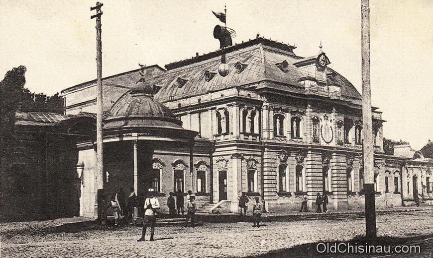 """Здание Благородного Собрания было разрушено в 1930-х гг, и на его месте было начато строительство кинотеатра. После Второй Мировой Войны строительство было продолжено. Сейчас там располагается кинотеатр """"PATRIA""""."""
