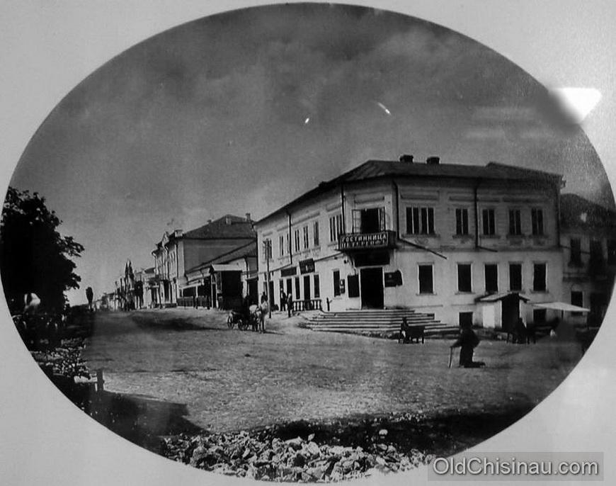 """Гостиница """"Петергоф"""" располагалась на углу нынешних улиц Пушкина и Колумна."""
