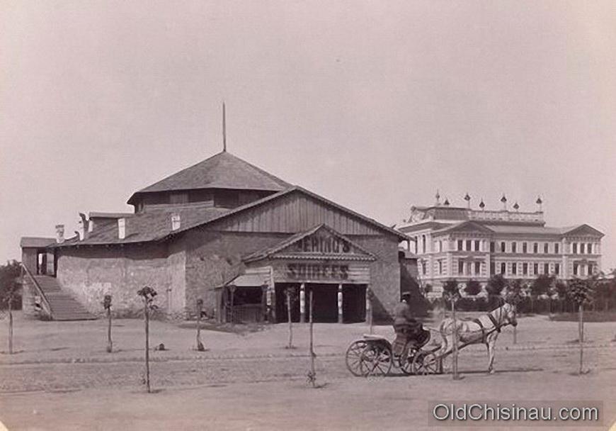 Здание бывшего цирка и театра. Располагалось на углу нынешних бул. Штефана чел Маре и ул. Эминеску.